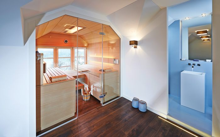 Harmoniously integrated into an alcove with angled ceilings: a made-to-measure installation of the SHAPE sauna.