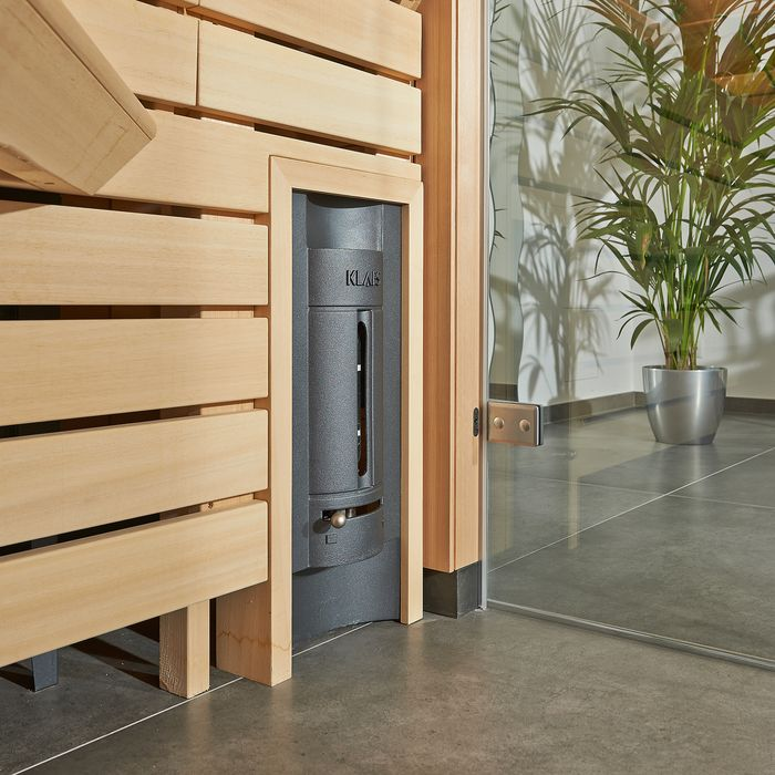 The sauna is equipped with a sauna heater hidden under the right bench, which distributes heat throughout the room via the so-called BONATHERM wall.