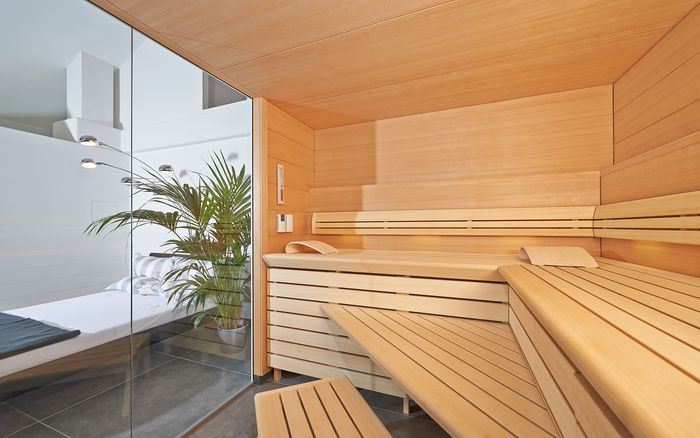 The lounger can be very comfortably reached with just two small steps via the sauna stool and this seating area.