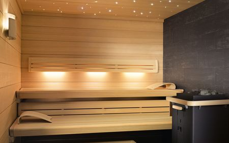 LOUNGE Q sauna with SANARIUM and SaunaPURE®, horizontal interior panelling in hemlock wood